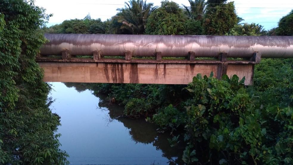 Rio Gramame passa pela Estação de Tratamento de Água que vazou 40 mil litros de soda cáustica nesta sexta-feira (9) (Foto: Hebert Araújo/TV Cabo Branco)