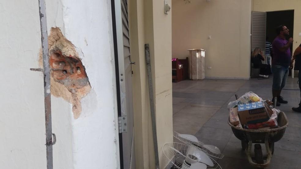 Ventiladores foram retirados da parede da igrea, que foi arrombada na Zona Oeste do Recife, na madrugada deste domingo (27) — Foto: Thalita Marques/WhatsApp