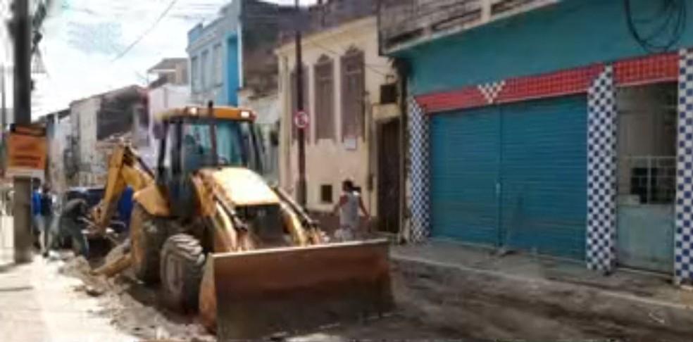 Com farda de operário e retroescavadeira, grupo invade obra e rouba fios de cobre — Foto: Reprodução/TV Bahia