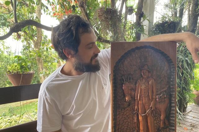 Sergio Guizé com quadro em homenagem ao Candinho de 'Êta mundo bom!' (Foto: Arquivo pessoal)