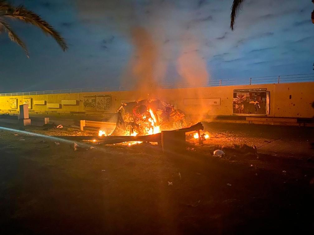 Foto mostra veículo em chamas após ataque contra o Aeroporto Internacional de Bagdá, no Iraque   — Foto: AI do Primeiro Ministro do Iraque via AP