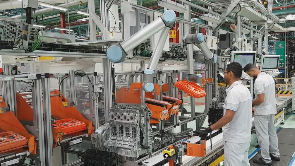 -  Robôs e humanos trabalhando lado a lado na fábrica da Fiat Chrysler Automobiles  FCA , em Betim  MG .  Foto: Pedro Gonçalves/G1 MG