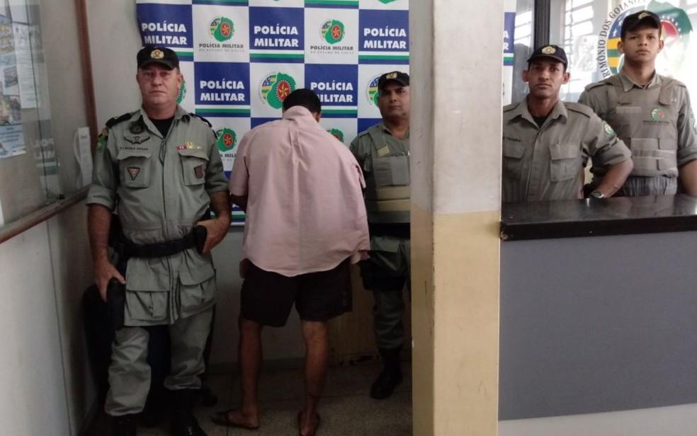 Segundo a PM, suspeito (de camisa rosa) confessou o crime, em Goiânia (Foto: Divulgação/PM)