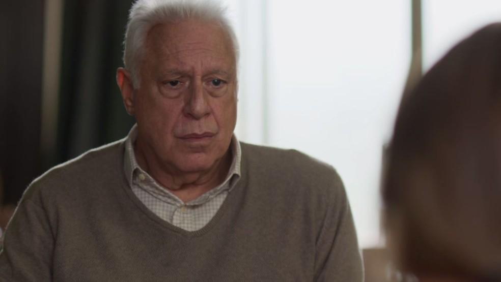Alberto (Antonio Fagundes) fica chateado com sofrimento de Paloma (Grazi Massafera) — Foto: TV Globo