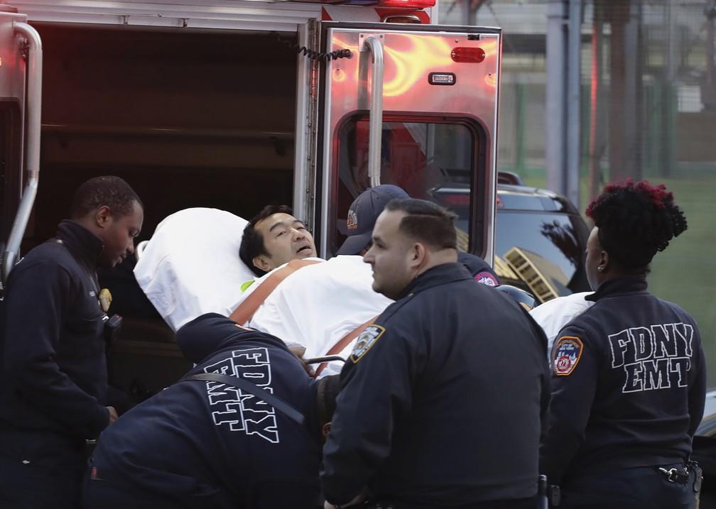 Homem é levado para uma ambulância após ficar ferido em atentado em ciclovia nesta terça-feira (31) em Nova York  (Foto: Mark Lennihan/AP)