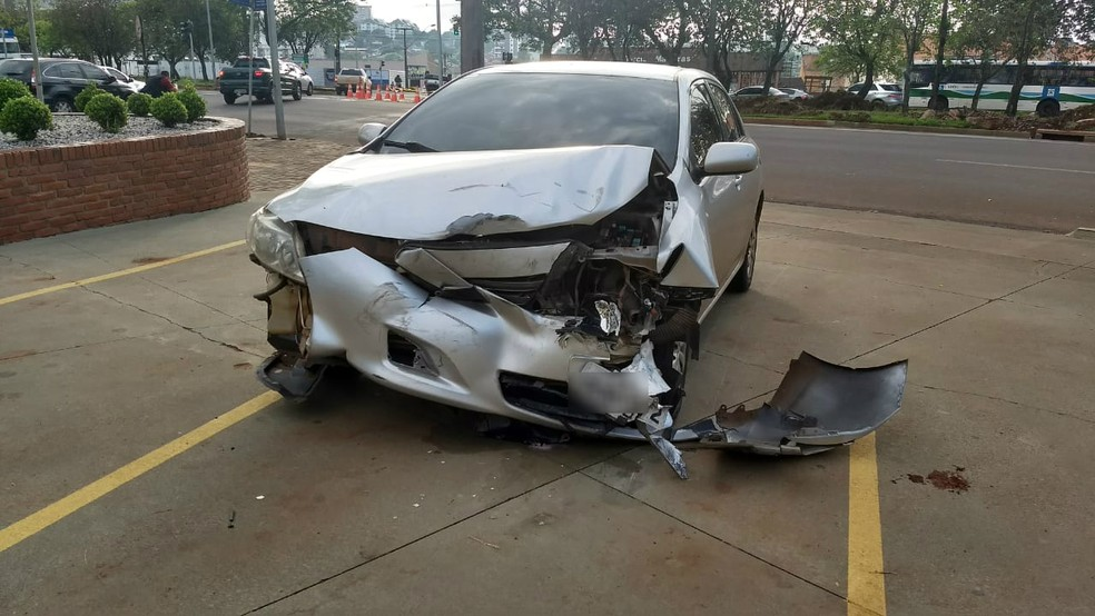 No carro da PF, nenhum dos agentes ficou ferido. — Foto: Fernando Lopes/RPC