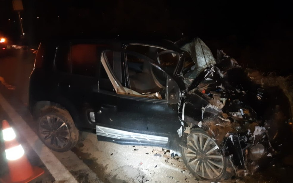Carro fica completamente destruído após batida na BR-070, em Águas Lindas de Goiás — Foto: Divulgação/PRF