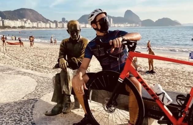 O ator posou ao lado de Carlos Drummond de Andrade (Foto: Reprodução)