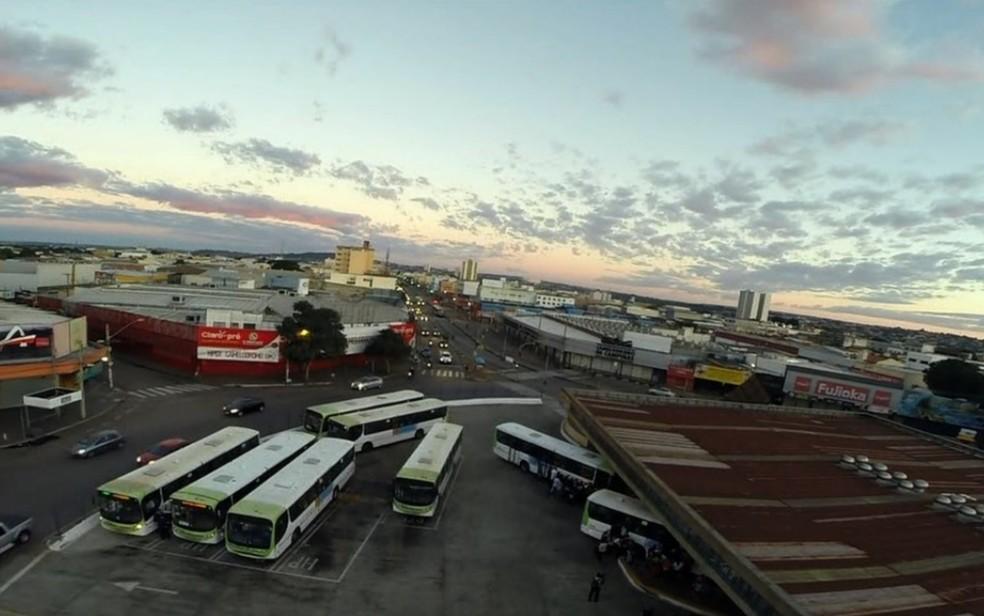 Ônibus estacionados no pátio do Terminal Praça A, nesta terça-feira, em Goiânia (Foto: TV Anhanguera/Reprodução)