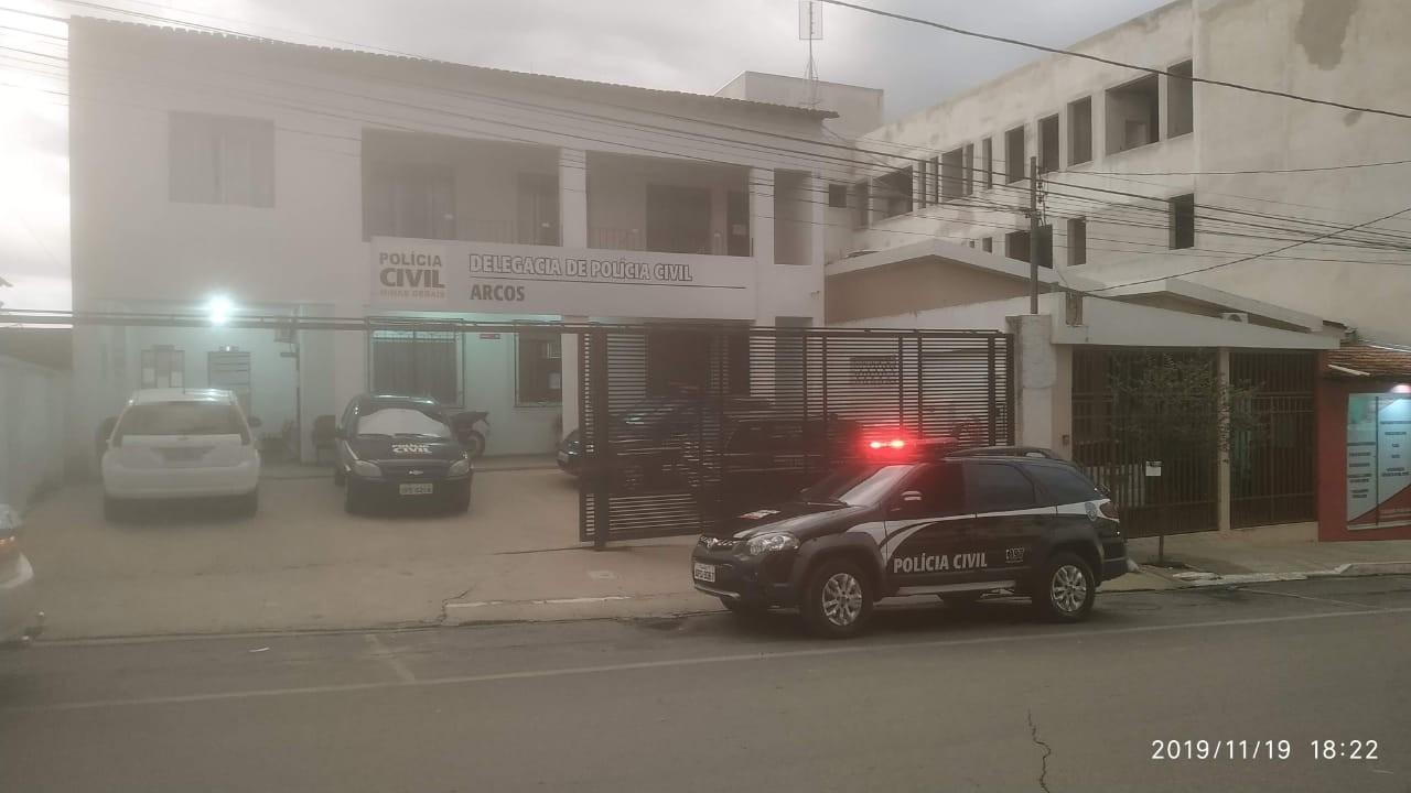 Polícia Civil em Arcos prende trio suspeito de matar jovem com golpes de ferro na cabeça