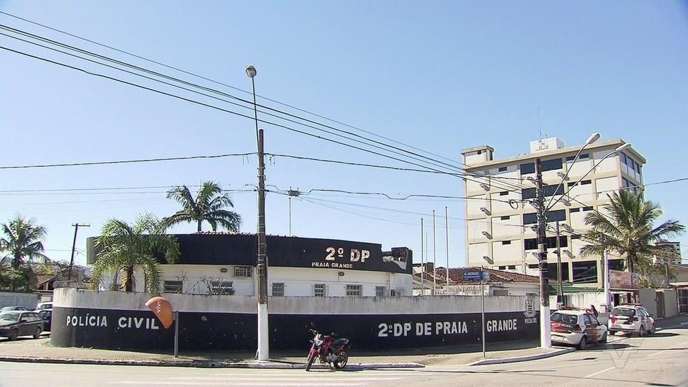Policiais do 2ºDP de Praia Grande investigam o caso — Foto: Reprodução/TV Tribuna