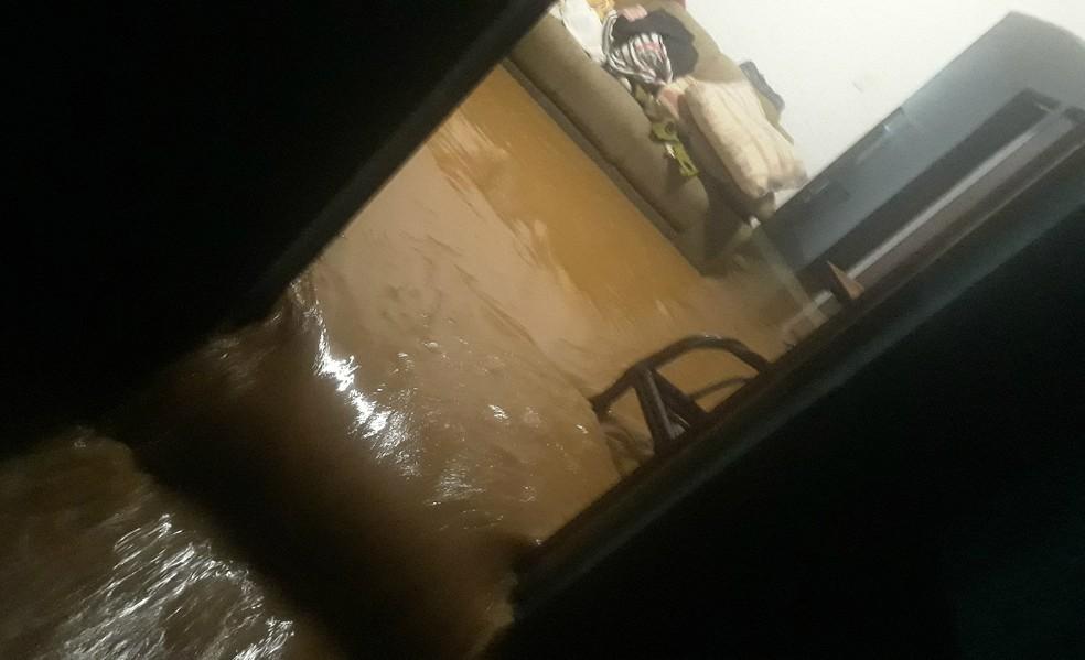 Água invadiu casa e moradores perderam móveis e eletrodomésticos — Foto: Luiz Gustavo/ Vanguarda Repórter