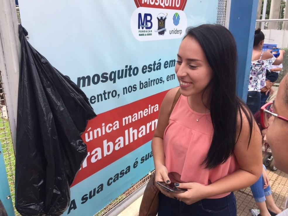 Estudante conversou com colegas na saída sobre tema da redação (Foto: Graziela Rezende/G1 MS)