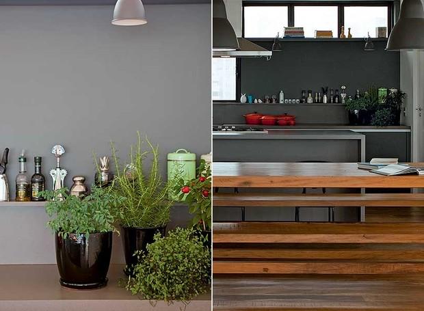 Um canto da bancada da ampla cozinha projetada pela SAO Arquitetura tem uma horta em vasos. Ela fica ao lado de outros temperos (Foto: Edu Castello/Casa e Jardim)