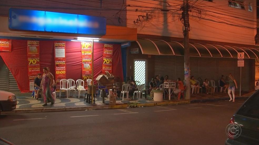 Consumidores passaram a madrugada em fila para aproveitar descontas em loja em Araçatuba  — Foto: Reprodução/TV TEM