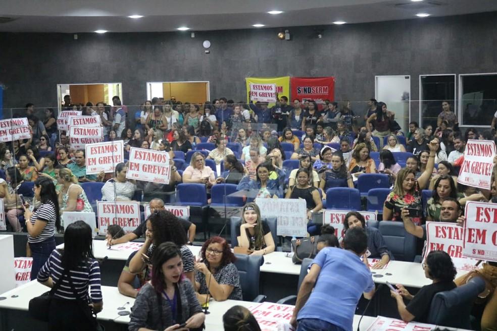 Professores municipais ocupam plenário da Câmara em Teresina — Foto: Glayson Costa/G1