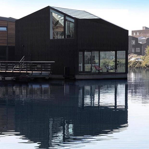 Projeto de habitações em Maasbommel, na Holanda é um tipo de construção anfíbia (Foto: Reprodução/ Instagram/ schoonschipamsterdam)