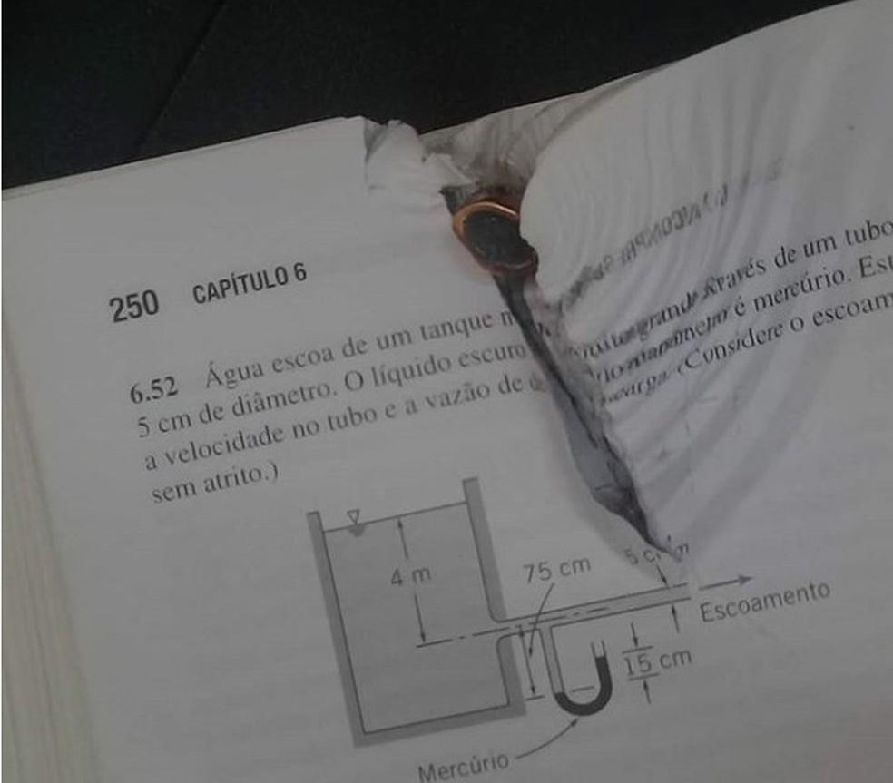 Estudante diz ter evitado tiro nas costas graças a livro na mochila (Foto: Arquivo pessoal)