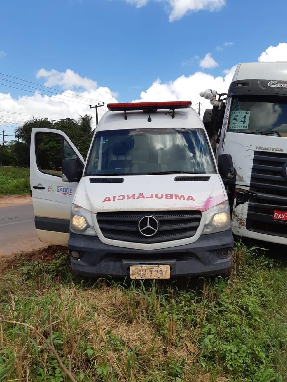 De acordo com a PRF, após a forte colisão dois ocupantes da ambulância ficaram feridos — Foto: Divulgação/Polícia Rodoviária Federal