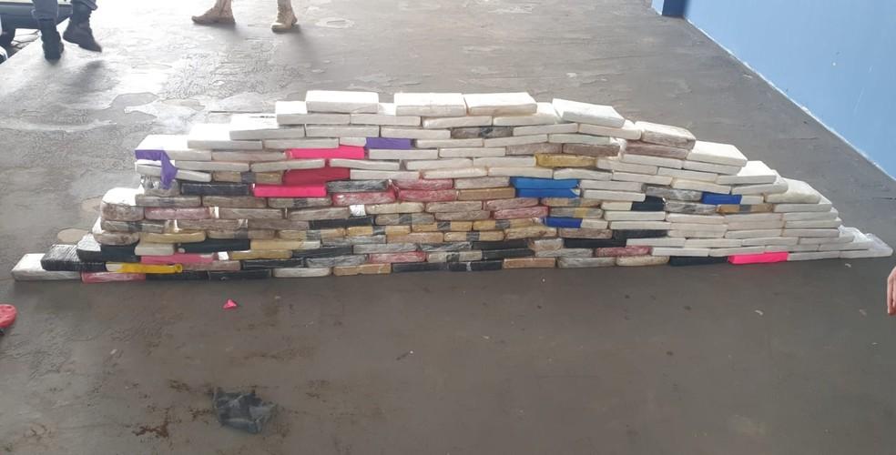Polícia apreendeu 160 tabletes de drogas escondidos em carreta — Foto: PRF/Divulgação