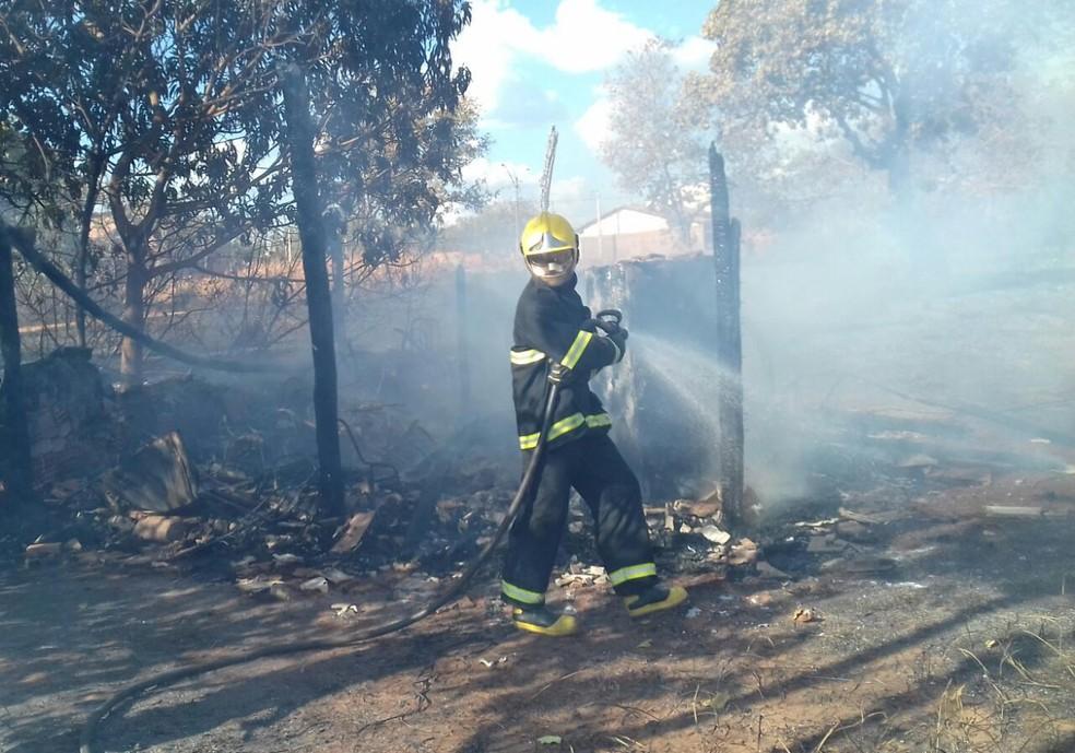 Corpo de Bombeiros combateu as chamas, mas casa foi destruída (Foto: Bombeiros/Divulgação)