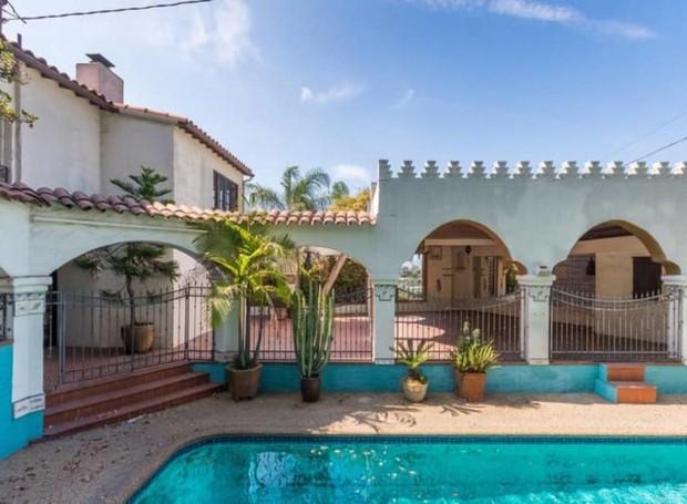 A piscina é cercada por pátios no estilo marroquino (Foto: Hilton & Hyland/ Reprodução)