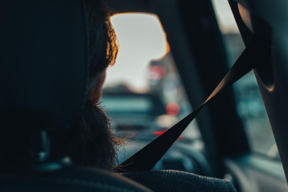 Ficar próximo à janela pode ajudar a diminuir a sensação de mal-estar (Foto: Pixabay)