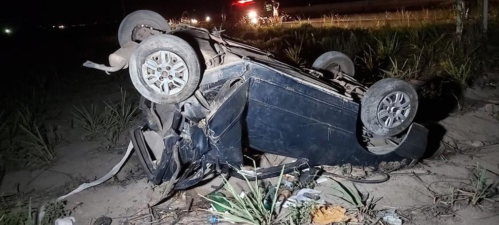 Carro saiu da pista e capotou após colisão traseira em São Miguel dos Campos, AL — Foto: Divulgação/BPRv/AL