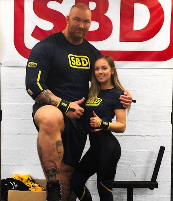O ator Hafþór Thor Björnsson com sua esposa, Kelsey Morgan Henson (Foto: Instagram)