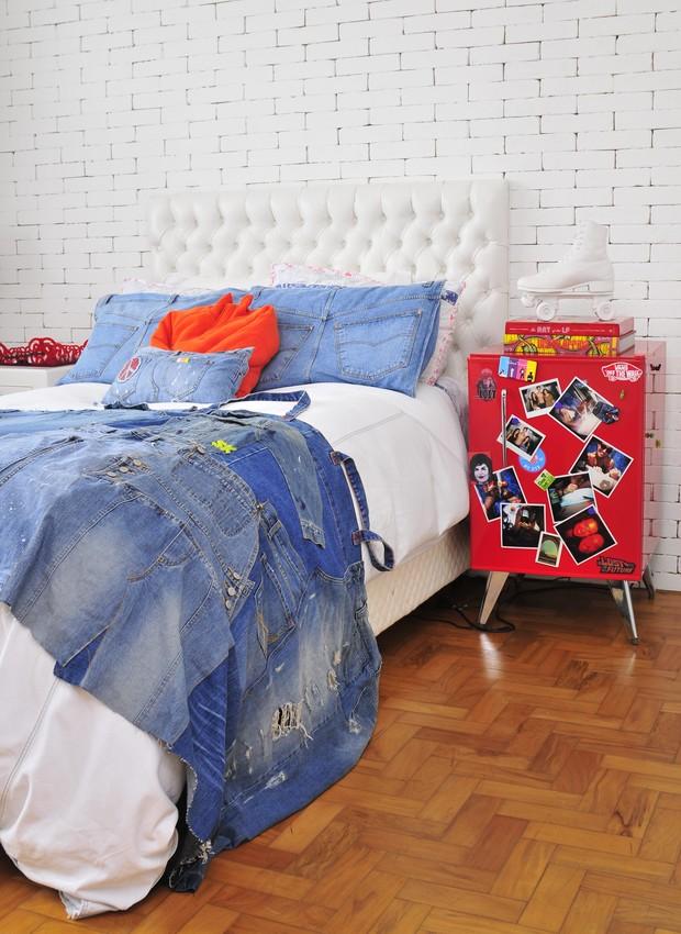 Para levar a atmosfera das ruas ao quarto de sua filha adolescente, a empresária Valéria Montag revestiu a parede da cabeceira da cama com a metade de tijolos, sem rejunte, e depois pintou tudo com uma tinta acrílica branca. A colcha de calças jeans foi f (Foto: Edu Castello / Casa e Jardim)