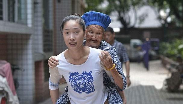 Elas fazem o percurso todo dia no sudoeste de Chongqing (Foto: Central European News)