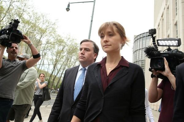 Alisson Mack, deixando a corte após falar sobre o caso em que é acusada de recrutar escravas sexuais  (Foto: Getty Images)