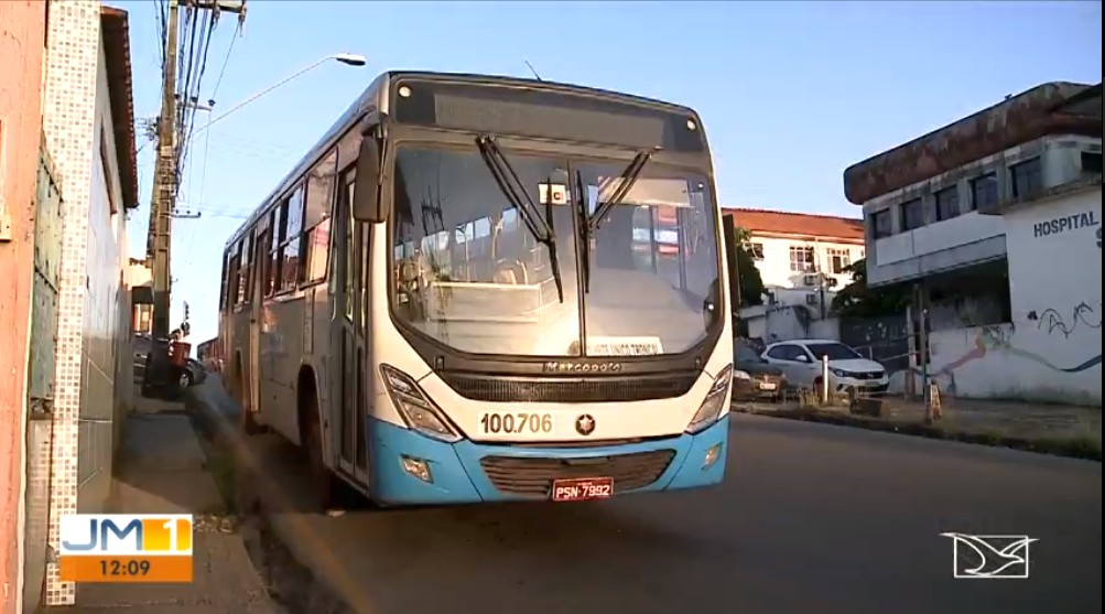Passageiros e condutores ficam reféns de bandidos durante assalto a ônibus em São Luís
