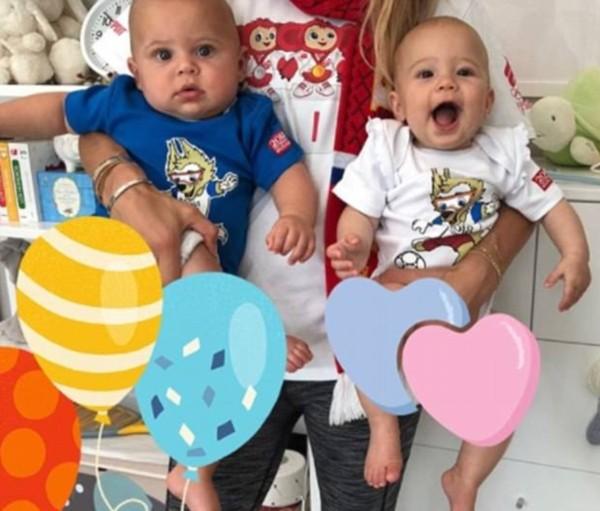 Primeiro, Anna Kournikova postou fotos dos gêmeos com as cores da Rússia.  (Foto: Reprodução/Instagram)