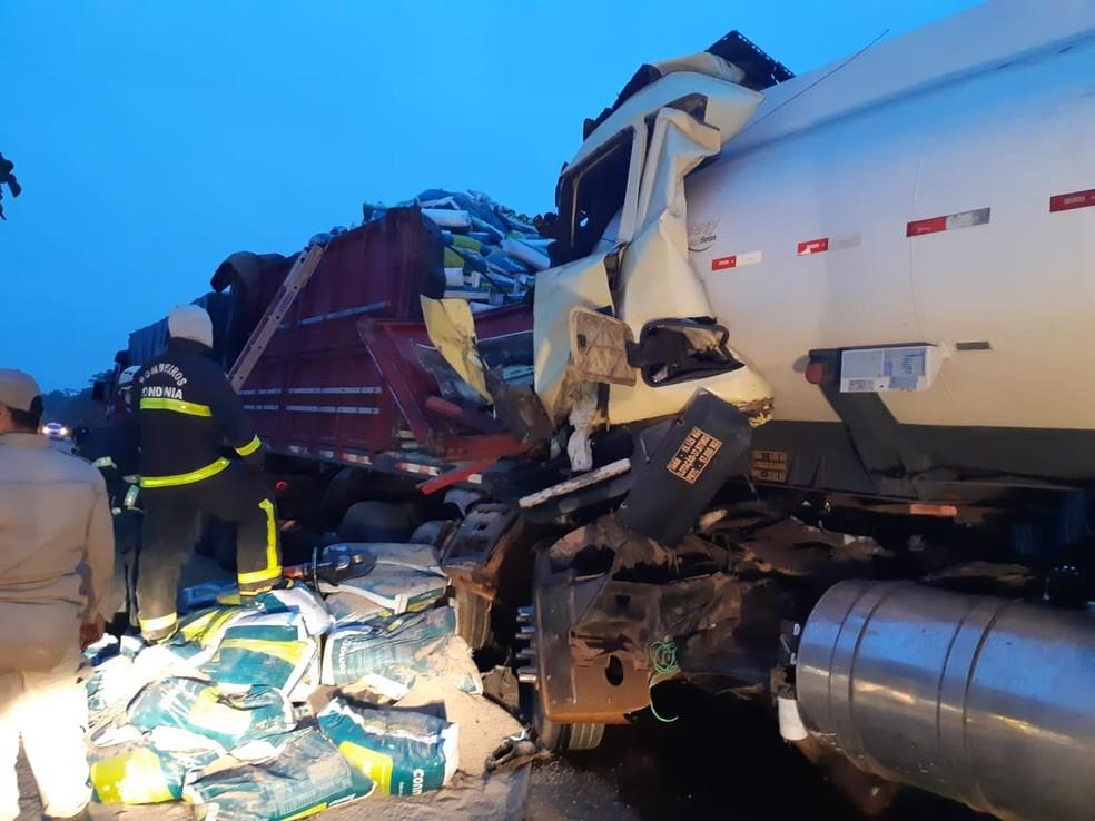 Caminhão de transporte de combustível atingiu traseira do veículo que seguia à frente na BR-319 em Porto Velho. — Foto: Divulgação/PRF
