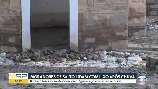 Equipes iniciam limpeza do 'mar de lixo' levado pelo Rio Tietê que invadiu ruas de Salto