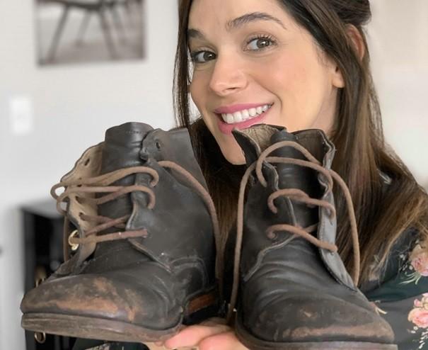 Sabrina Petraglia com as botas de Shirlei, de 'Haja coração' (Foto: Arquivo pessoal)