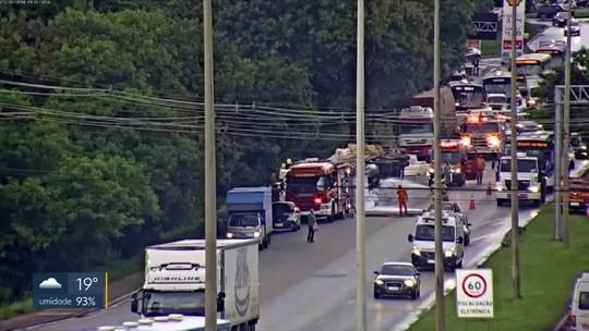 Acidente entre caminhão e 5 carros para EPNB pela 2ª vez nesta semana
