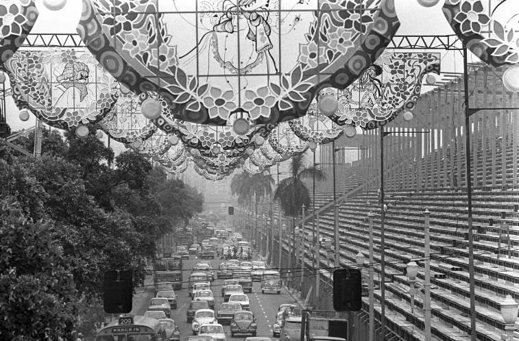 Avenida Presidente Vargas em 1976: curso se debruça sobre a potência das escolas de samba