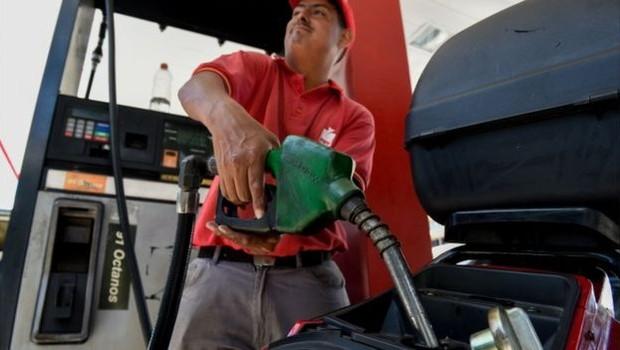 Recentemente, Maduro anunciou o fim do comércio de gasolina subsidiada (Foto: AFP via BBC)
