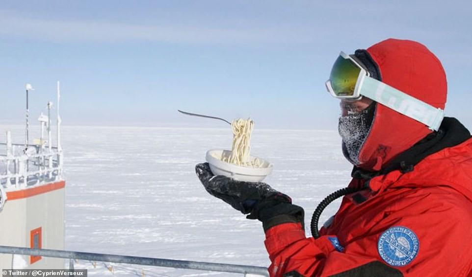 Macarrão instantâneo congela mais rápido que o tempo de seu cozimento (Foto: Cyprien Verseux/Twitter)