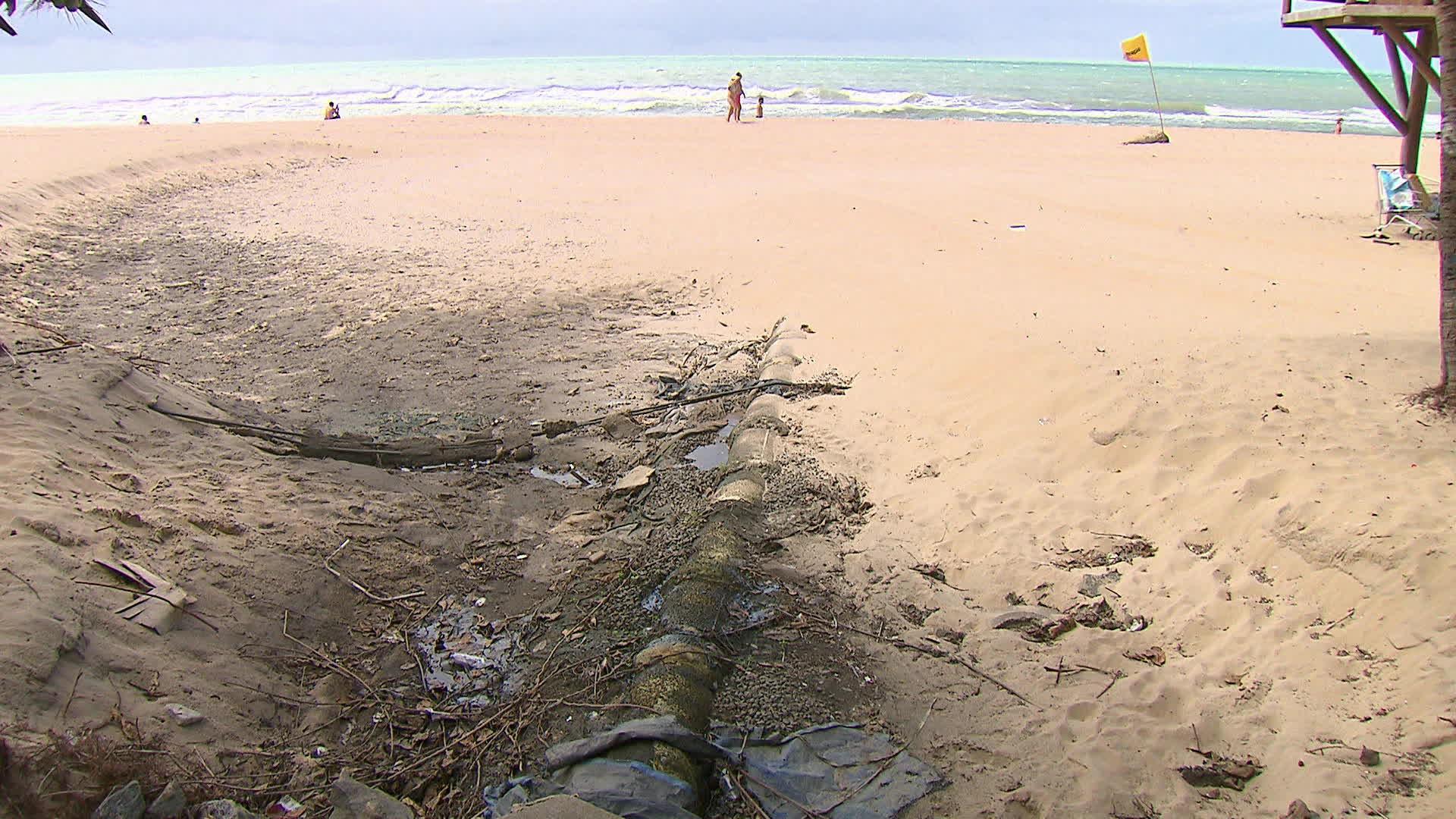 Reaberta ao público, praia de Boa Viagem tem lixo, água suja na areia, tubulação exposta e bancos quebrados