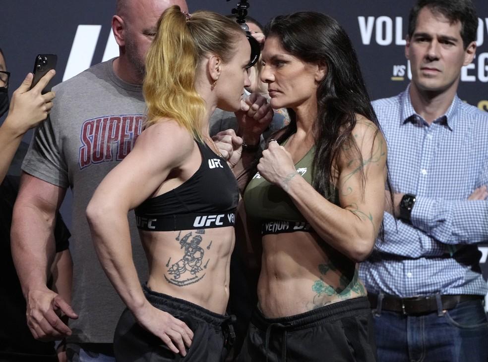 Valentina Shevchenko porá seu cinturão peso-mosca em jogo contra Lauren Murphy no UFC 266 — Foto: Getty Images