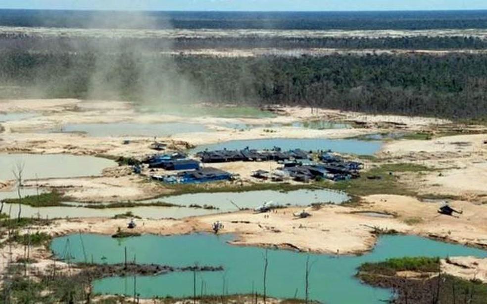 A mineração legal (acima, mineradora no Peru) foi um dos riscos identificados pelo estudo — Foto: AFP Photo
