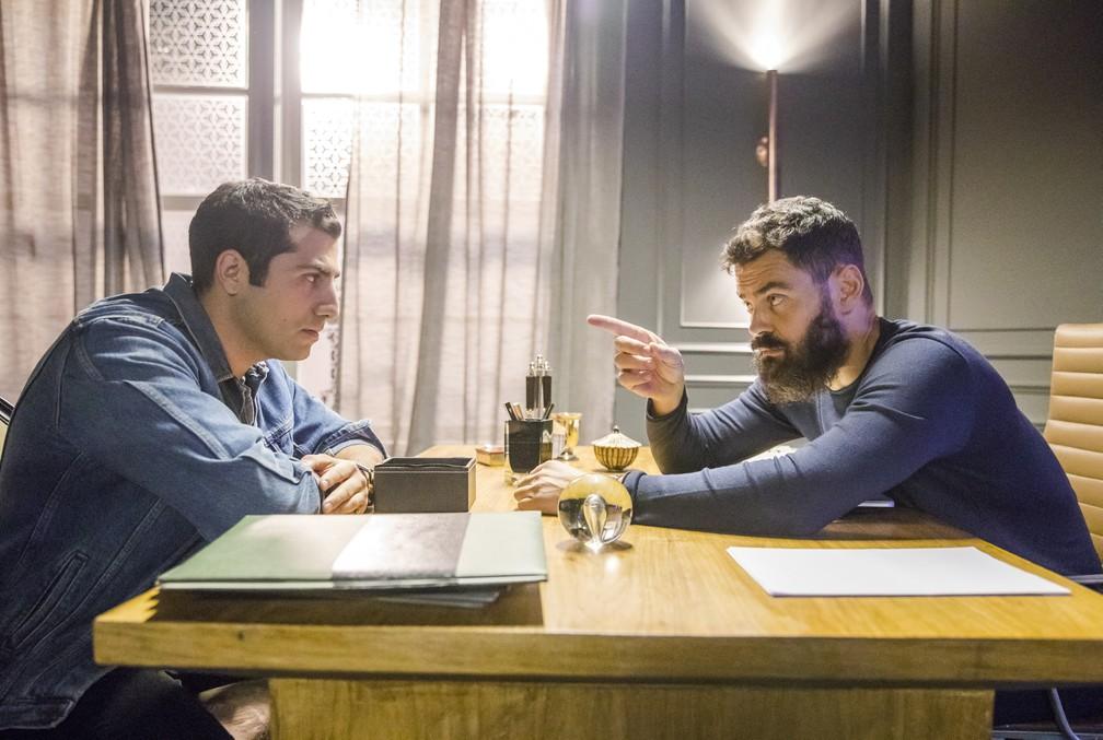 """Kaysar Dadour (Fauze) e Carmo Dalla Vecchia (Paul) em gravação de cena de """"Orfãos da Terra"""" — Foto: Globo/Paulo Belote"""