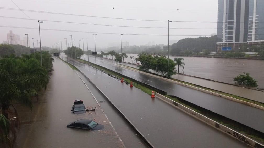 Carros são vistos boiando na via interna da Marginal Tietê após alagamento na altura da Ponte do Limão, na Zona Norte de São Paulo — Foto: Werther Santana/Estadão Conteúdo