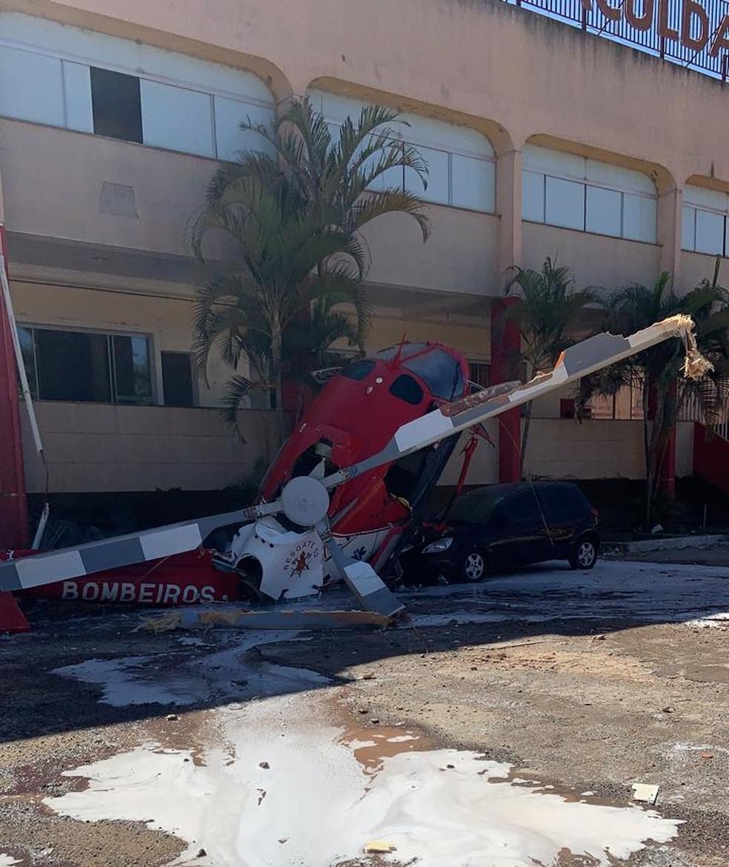 Helicóptero dos bombeiros cai e atinge carro no DF — Foto: Divulgação
