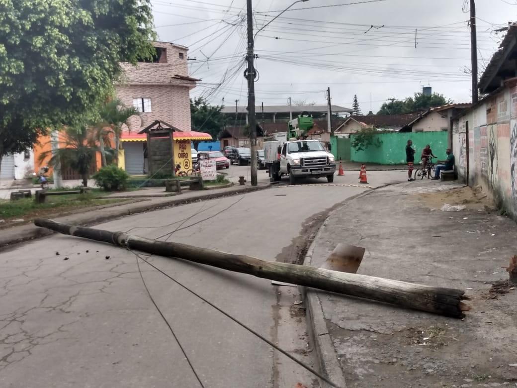 Poste de luz desaba e assusta moradores em Mongaguá, SP