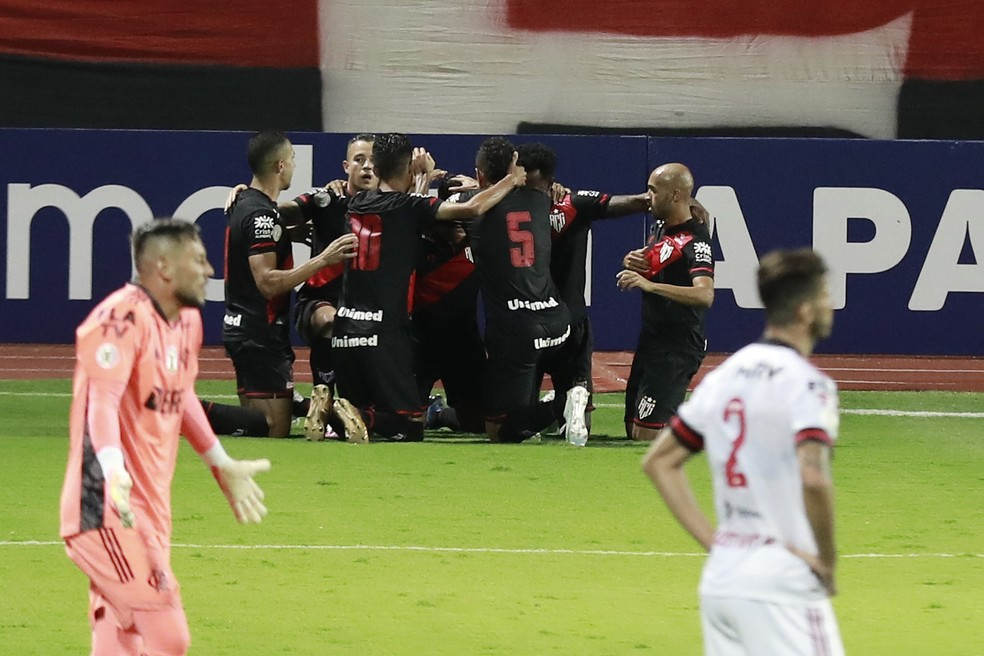 Diego Alves e Léo Pereira desolados após mais um gol do Atlético-GO — Foto: MARCOS SOUZA/NASCIMENTOSOUZAPRESS/ESTADÃO CONTEÚDO