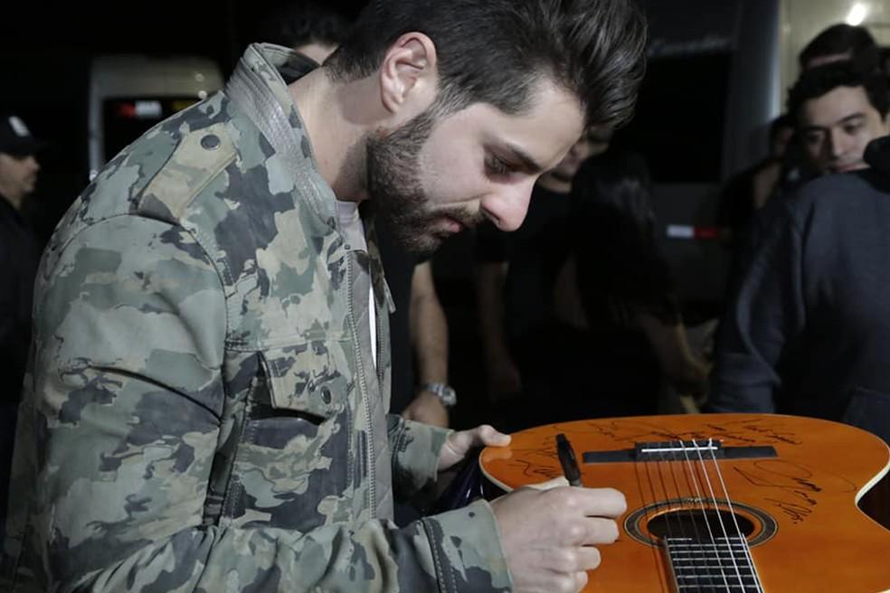 Engajado em causas sociais, Alok deixou um recado no violão do VillaMix Uberaba que será leiloado para o Hospital do Câncer de Uberaba   — Foto: ANDRÉ SANTOS